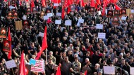 Geduldeter Volkszorn: Auch am Montag demonstrierten im Zentrum Teherans tausende Iraner gegen die Hinrichtung des schiitischen Geistlichen Nimr Baqir al Nimr in Saudi Arabien.