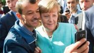Im September 2015: Merkels umstrittener Selfie mit einem Flüchtling