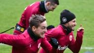 Volle Pulle: Die Eintracht-Profis Oczipka und Huszti geben auch im Training alles.