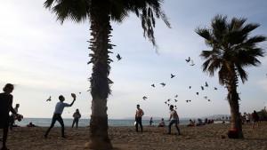 Athener genießen Strand bei 22 Grad