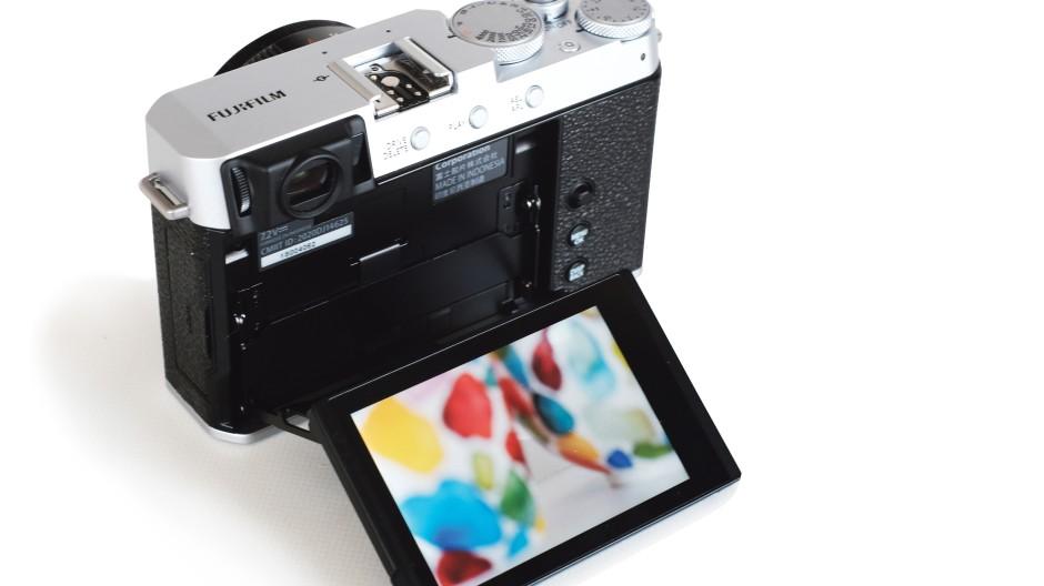 Einfach und verzwickt zugleich: Klassische Bedienung und ein etwas hakeliger Klapperatismus des Displays bei der Fujifilm X-E4.