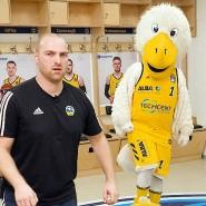 Trainer Stefan Ludwig mit Maskottchen Albatros bei den Aufzeichnungen zum Sportvideo.