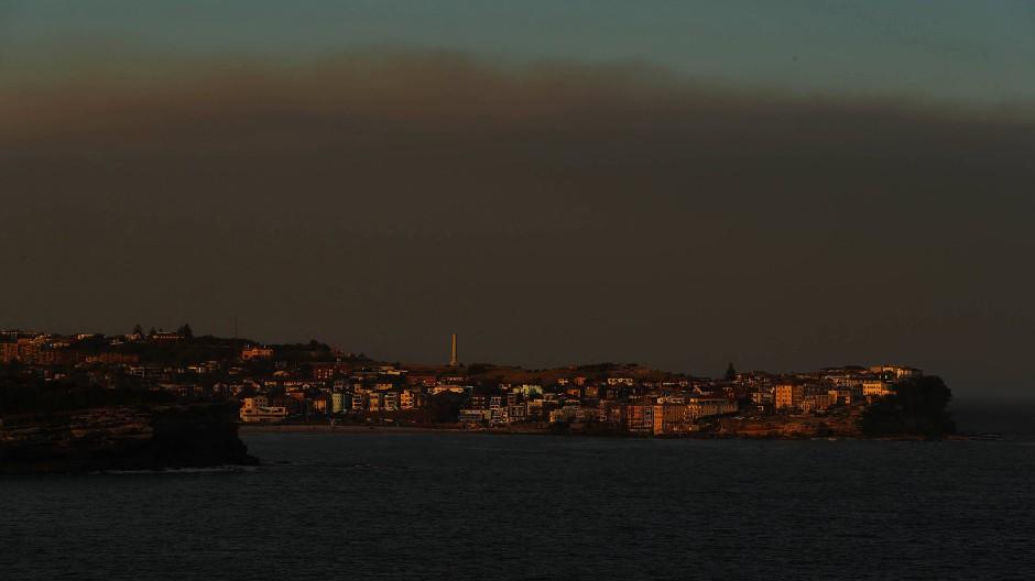 Dunkle Aussichten: Eine Rauchwolke zieht über North Bondi, einem Küstenvorort von Sydney, auf.