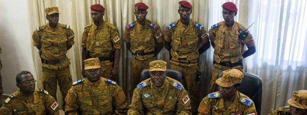 """General Honoré Traoré (Mitte) verkündet, dass die Armee bereit sei eine """"Übergangsregierung unterstützend zu begleiten""""."""