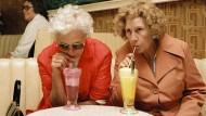 Mit guten Freundinnen kann man auch einfach mal schweigen oder Milkshake trinken. Ob diese beiden sich erst seit kurzem kennen? Wahrscheinlicher ist es, dass sie schon lange befreundet sind.