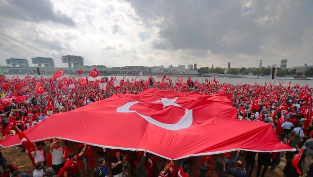 """""""Wir huldigen nicht Erdogan, wir huldigen der Demokratie"""""""