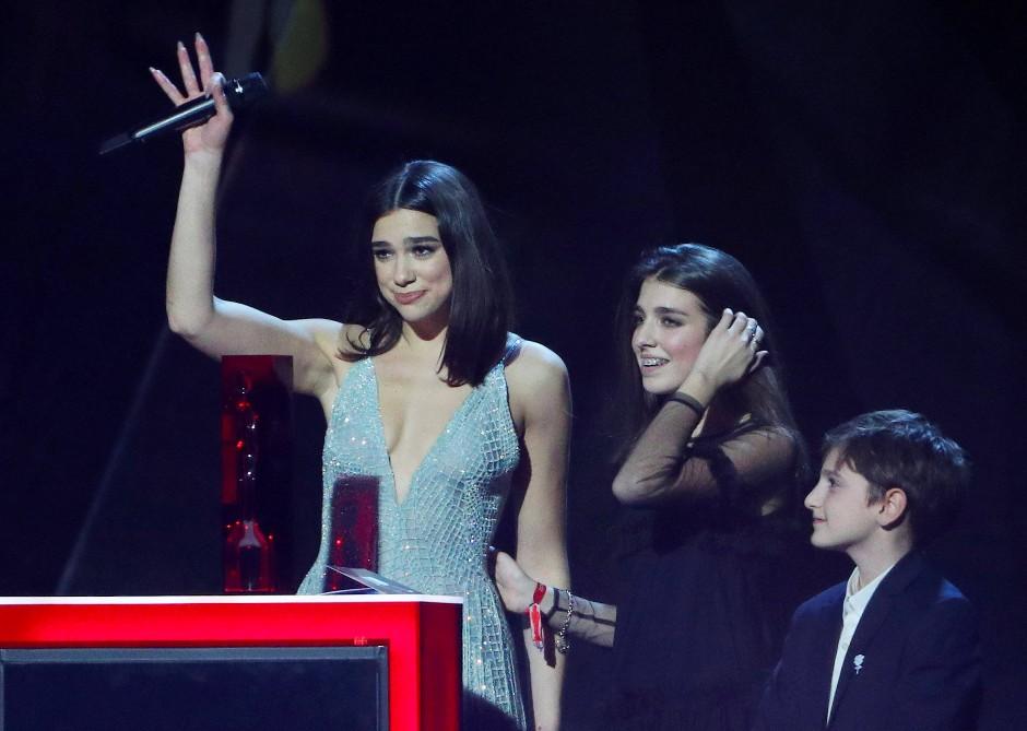 Die Londoner Musikerin Dua Lipa nahm die Preise für die beste britische Künstlerin und den Breakthrough Artist mit nach Hause.