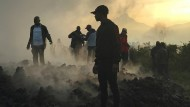 Spuren der Verwüstung: Am Morgen nach dem Ausbruch des Vulkans Nyiragongo im Kongo kehren einige Anwohner zurück.