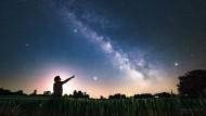 Nachthimmel: Mittlerweile gibt es Veranstalter, die Menschen an Orte reisen lassen, an denen man Sterne und Dunkelheit erleben kann.