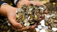 Wer sein Geld richtig anlegt, kann es auch mit ein paar Münzen zu vielen Scheinen bringen.