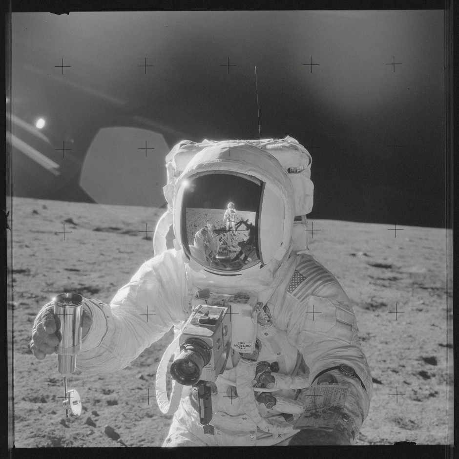 Eine Aufnahme von John Bead 1969 auf der Mondoberfläche.