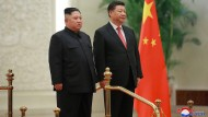 Das Foto wurde von der staatlichen nordkoreanischen Nachrichtenagentur KCNA zur Verfügung gestellt: Kim Jong Un und Xi Jinping stehen Seite an Seite stehen in der Großen Halle des Volkes in China.