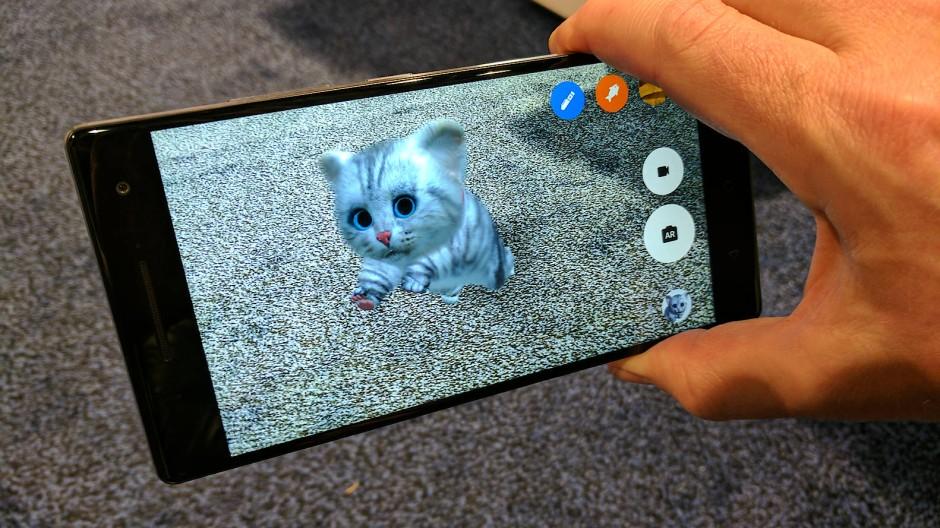 Wenn die Katze von hinten am Bildschirm des Smartphones kratzt: Am Stand von Infineon lassen sich verschiedene Anwendungen von Googles Projekt Tango sehen.