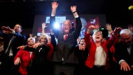 Eine Laola für den Wahlsieg: Stephan Weil und die SPD feiern am Sonntag in Hannover.
