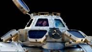 Kurz vor dem Rückflug zur Erde: Alexander Gerst grüßt aus der Kuppel der Raumstation.