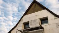 Gute Nachrichten für Hausbesitzer: Dämmen soll in Zukunft steuerlich begünstigt werden.