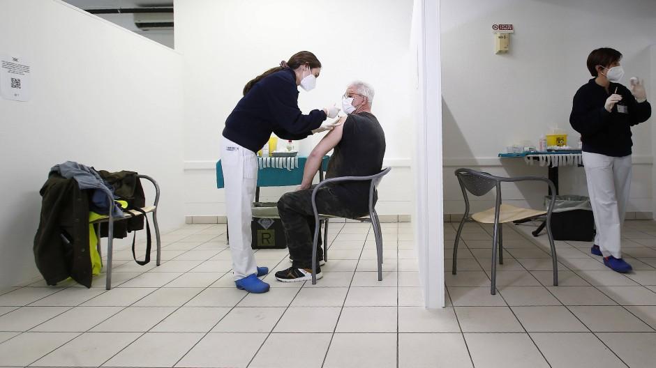 Medizinische Mitarbeiter verimpfen Sputnik V in einem Krankenhaus in San Marino.