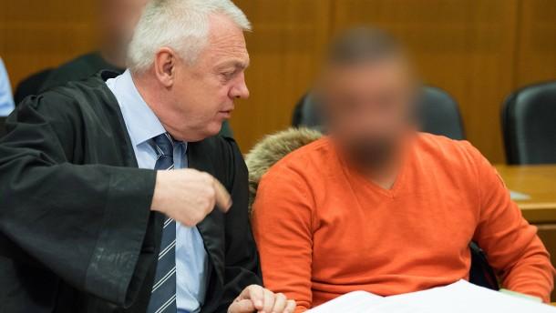 Hauptangeklagter bestreitet Schläge vor Gericht