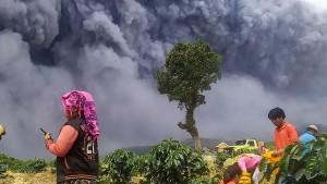Vulkan Sinabung speit riesige Aschewolke in den Himmel