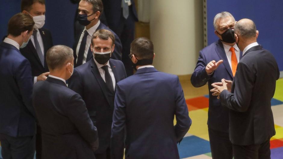 Der französische Präsident Emmanuel Macron spricht mit dem Polens Premierminister Mateusz Morawiecki und dem tschechischen Premierminister Andrej Babis auf dem EU-Gipfel.