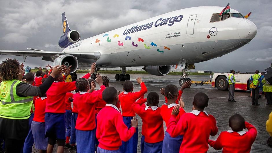 Vor dem Abschied: Eine McDonnell Douglas MD-11 der Lufthansa beteiligte sich 2015 in Nairobi an einer Hilfsaktion des Frankfurter Vereins Cargo Human Care.