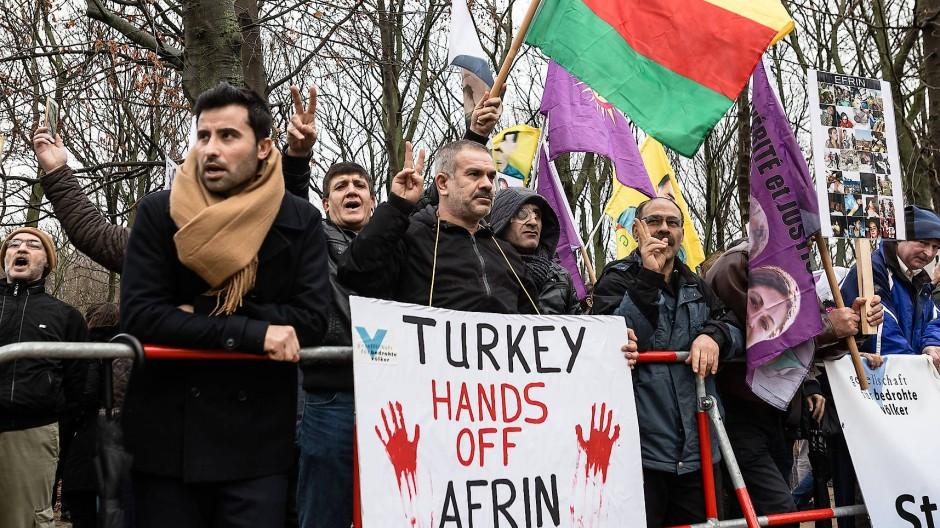 Kurden demonstrieren in Berlin gegen die türkische Offensive.