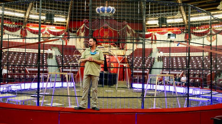 Die Ränge bleiben vorerst leer: Martin Lacey jr. im Zirkus Krone