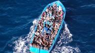 Ein überladenes Flüchtlingsboot nimmt Kurs auf Italien.