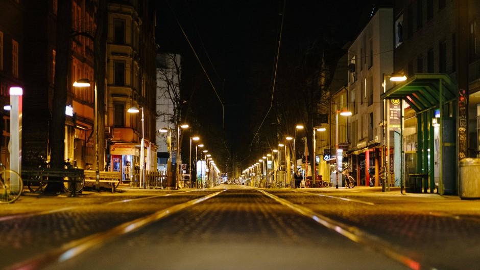 Die sonst belebte Limmerstraße in Hannover während der nächtlichen Ausgangssperre am 24. April