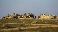 ilitärfahrzeuge der Syrischen Demokratischen Kräfte (SDF) bei Baghus