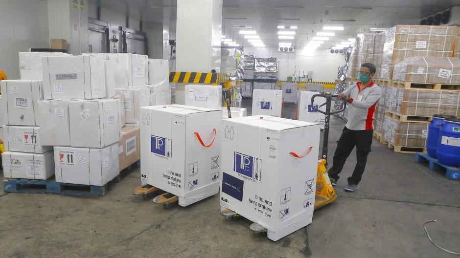 Ein Mitarbeiter bereitet eine Lieferung des Impfstoffs von Astra-Zeneca vor.