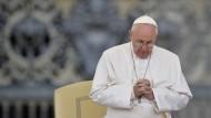 Papst distanziert sich von homophober Standesbeamtin