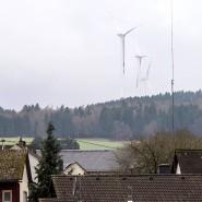 Friedliches Nebeneinander: Räder des Heidenroder Windparks sind vom Ortsteil Laufenselden zu sehen.