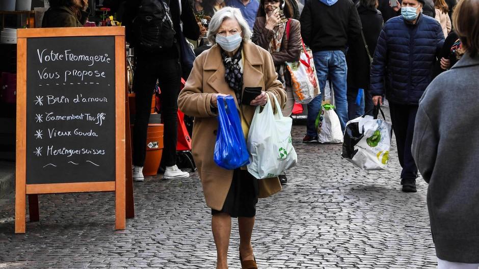 Frau mit Mundschutz in Paris