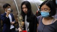 Die chinesische MeToo-Aktivistin Zhou Xiaoxuan, in China bekannt als Xianzi, trifft am Gerichtsgebäude ein.