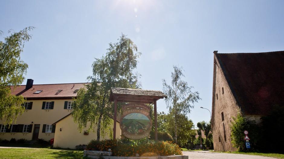In Klosterzimmern bei Deiningen (Bayern) lebte die Glaubensgemeinschaft der «Zwölf Stämme». Die Polizei hat 2013 fast 30 Kinder aus der umstrittenen Glaubensgemeinschaft «Zwölf Stämme» in dem Ort geholt.