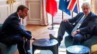 Eklat oder humorvolle Geste? Boris Johnson am Donnerstag bei Emmanuel Macron im Elysée-Palast in Paris