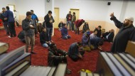 Mitglieder der muslimischen Gemeinde beim Gebet im Marwa El-Sherbiny Kultur- und Bildungszentrum in Dresden.