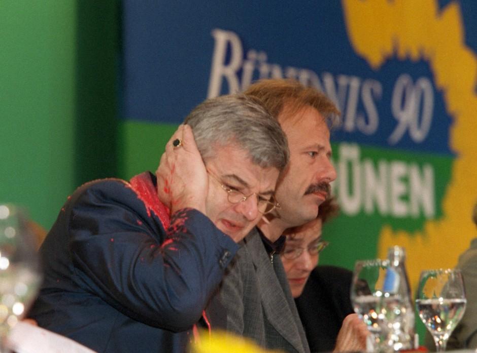Am 13. Mai 1999 traf auf dem Sonderparteitag der Grünen in Bielefeld ein Farbbeutel den damaligen Bundesaußenminister Joschka Fischer. Die Besucher waren beim Einlass in die Halle nicht kontrolliert worden – der Polizei gegenüber waren die Grünen damals noch äußerst misstrauisch.