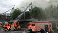Feuer in der Rheingoldhalle: Die Feuerwehr ist mit einem Großaufgebot vor Ort.