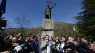 Reconquista: Der Vorsitzende der Vox-Partei, Santiago Abascal, vor dem Monument des asturischen Herrschers Pelayo.
