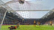 Da landete der Ball aus St. Paulis Sicht noch im richtigen Netz: Waldemar Sobota hatte soeben das 2:0 für die Hamburger erzielt.