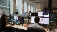 So sieht Arbeit heute oft aus: am Computer. Hier im Handelssaal der Deutschen Bank.