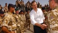 Der ehemalige britische Premierminister Tony Blair zu Besuch bei den Truppen im Irak im Mai 2003.