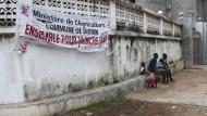 Das Banner an einer Wand in Conakry in Guinea ruft zum Durchhalten und Kämpfen gegen Ebola auf