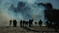 Bürgerkriegsähnliche Szenen in Paris: Bereitschaftspolizisten und Demonstranten sind in Rauchschwaden gehüllt.