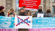 Unterstützer der Petition zu Änderungen im Abtreibungsrecht demonstrieren im Dezember vergangenen Jahres vor dem Reichstag in Berlin.