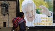 """""""Wir verkünden die Freude des Evangeliums"""" heißt es auf diesem Papst-Plakat in der bolivianischen Stadt La Paz."""