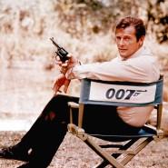 """Roger Moore bei Dreharbeiten zum Film """"Leben und Sterben Lassen 1972"""". In der Hand hält er eine 44er Magnum."""