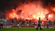 Am Ende zünden Fans vom HSV im Stadion Pyrotechnik – die drei Punkte bleiben beim FC St. Pauli
